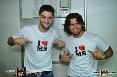 Munhoz e Mariano com a camiseta I Love MS