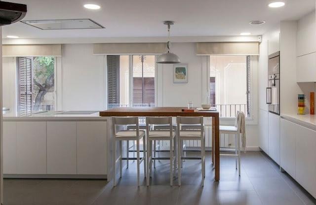Diseñando cocinas blancas con mesas de madera