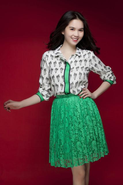 Bên cạnh những bộ trang phục toàn tập chất liệu ren, bạn có thể chọn kiểu váy ren phối với sơ mi tay lửng cách điệu.