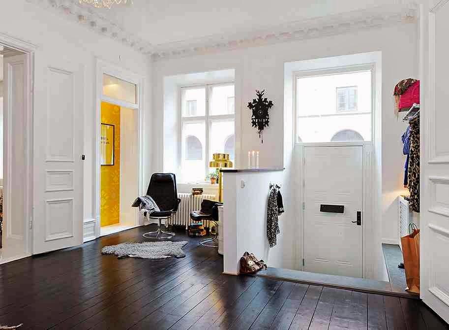 Białe wnętrze i czarna podłoga z desek