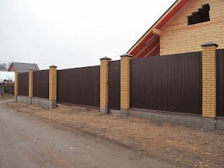 Забор из профлиста с кирпичными столбами. Фото 18