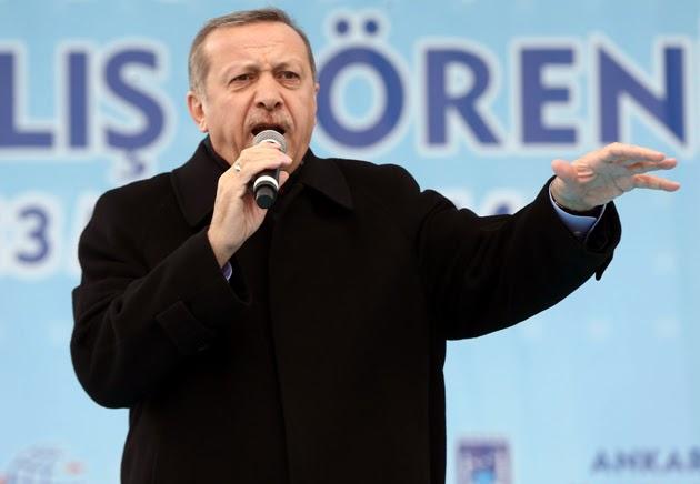 """(Estambul, 20 de marzo – EFE).- La Dirección de Telecomunicaciones de Turquía ha bloqueado hoy el acceso a la red social Twitter, horas después de que el primer ministro, Recep Tayyip Erdogan, prometiera en un mitin electoral """"erradicar"""" este medio social. El bloqueo se hizo efectivo al filo de la medianoche local (22:00 GMT), como pudo comprobar Efe, y fue comentado de inmediato en la propia red bajo el 'hastag' #TwitterisblockedinTurkey. Sin embargo, era aún posible evitar el bloqueo mediante el uso de herramientas de anonimato en la conexión a internet. La web oficial de la Dirección de Telecomunicaciones señaló"""