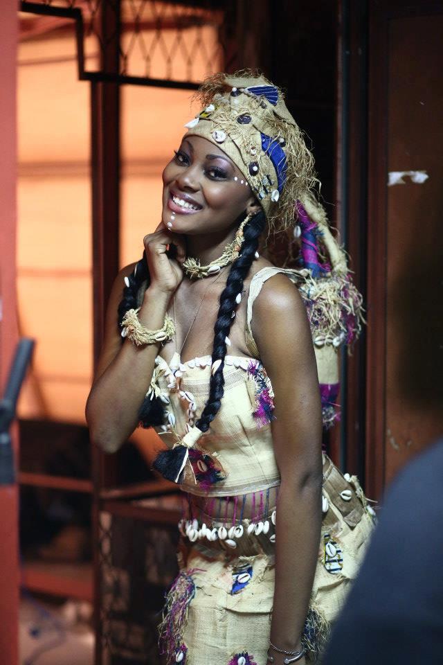 Miss Gabon 2013 Jennifer Ondo Mouchita, représentante du Haut Ogouée, habillé corset plaqué en tenue beige sable en raphia uni et pièces de wax et cauris