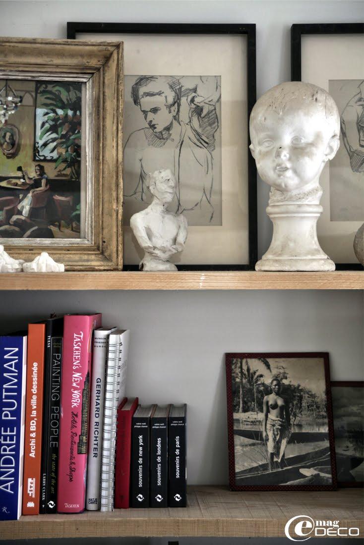 Sur des étagères, un buste d'enfant chiné, des dessins d'hommes trouvé chez l'antiquaire La Chose