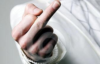 Dar o dedo para político não será mais ato obsceno