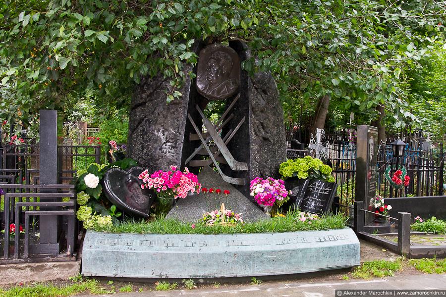 Могила Анатолия Тарасова на Вагньковском кладбище в Москве