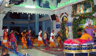 Shree Kripalu Ji Maharaj gracing devotees and Swami Mukundananda at Barsana Dham