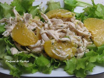 Insalata di pollo, ananas e pesche