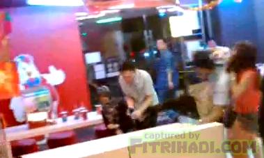 video kejadian sebelum pekerja kfc serang tendang pelanggan