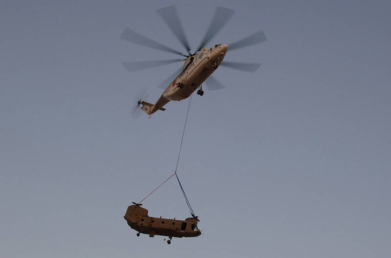 chinook carrying tank with World Biggest Helicopter Mi 26 on The Largest Transport Helicopters In The World 24549 together with Page 8 together with Quan Loi additionally M88a2 hercules heavy armoured recovery vehicle data sheet specifications description pictures likewise Pg2.