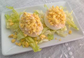 Huevos rellenos de marisco y piña