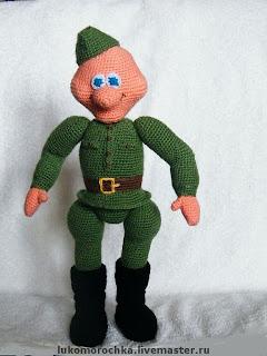вязанаая кукла солдат