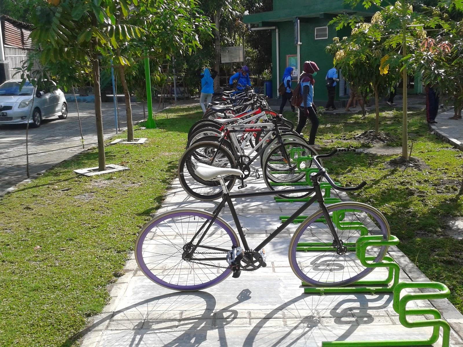 Sepeda terparkir di Kampung Hijau Gambiran