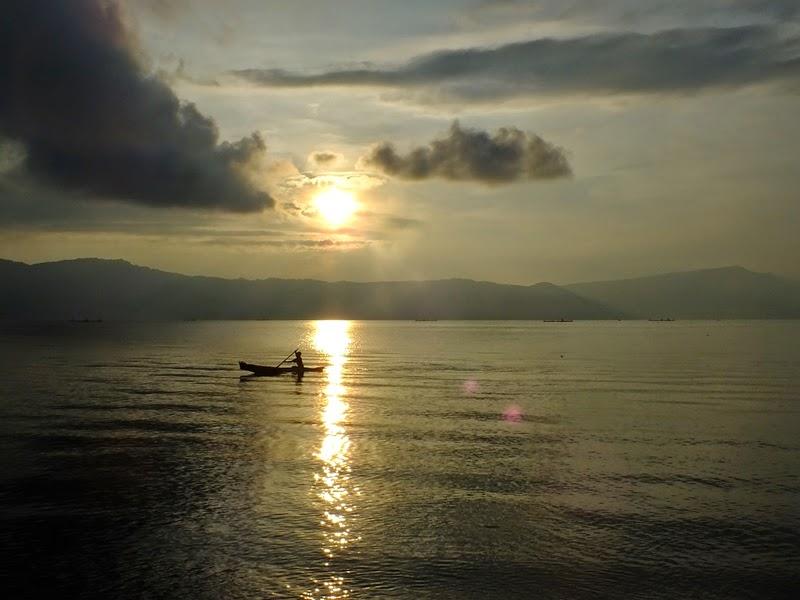 sunrise di danau toba