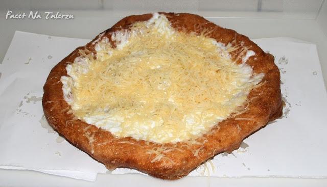 langosz ze śmietaną i serem