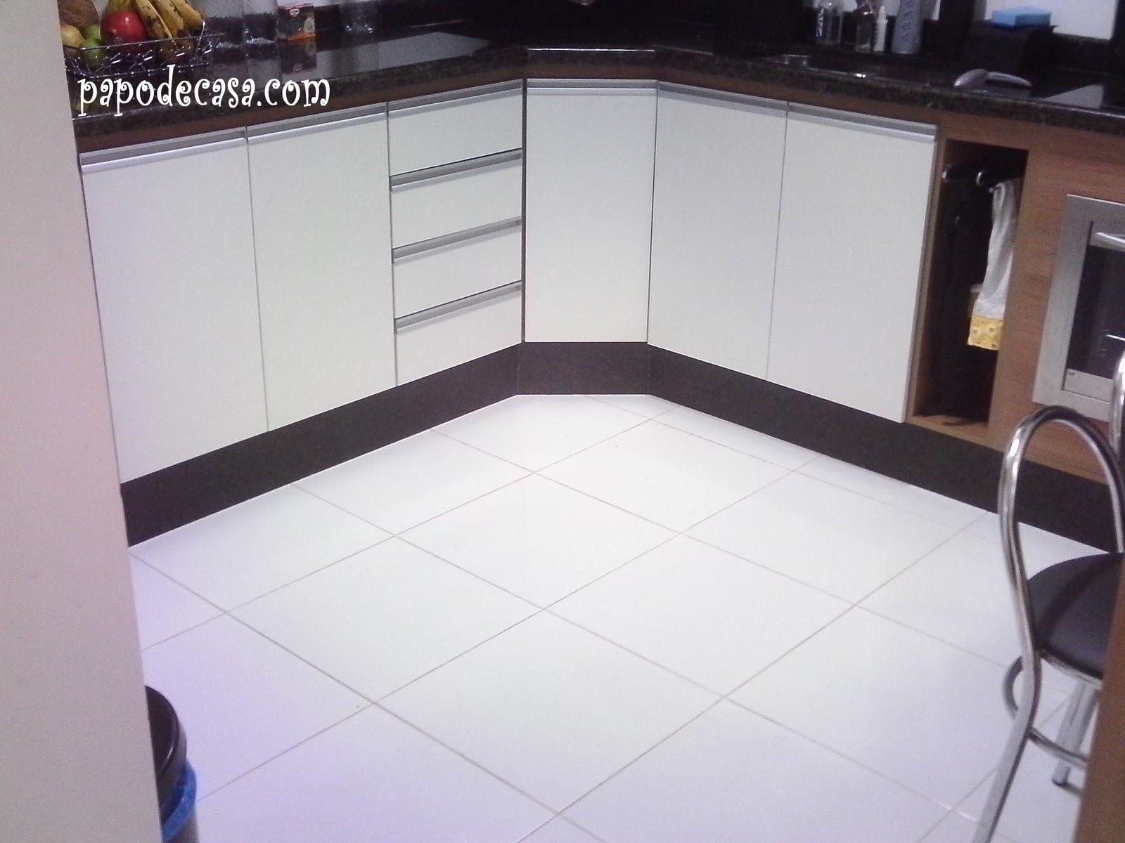 Papo de Casa: Porcelanato preto na cozinha sim ou não??? #795C4E 1600x1200 Banheiro Com Azulejo Branco E Rejunte Preto