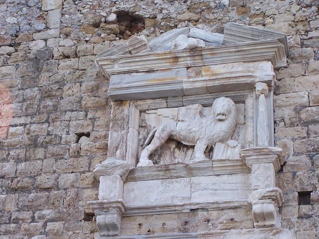 """Kandiye Limanı'ndaki Venedik Kalesi """"Kules"""" duvarlarında yer alan Venedik Aslanı"""