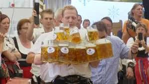 Το ρεκόρ μεταφοράς των περισσότερων ποτηριών μπύρας έσπασε