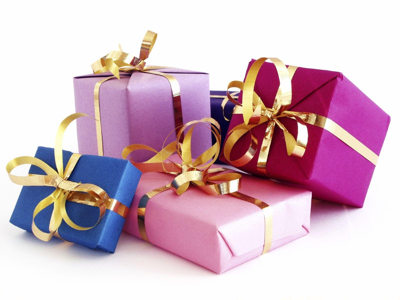 عيد ميلاد الأغلى على قلوبي وقلبكم فرياال ... Christmas-Gifts-for-