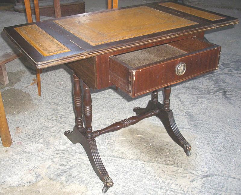 ancien petite travailleuse table de nuit a rabats sur roulettes pietement pattes de lion i. Black Bedroom Furniture Sets. Home Design Ideas
