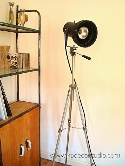 Focos sobre trípode antiguos. Decoración vintage. Salones estilo industrial