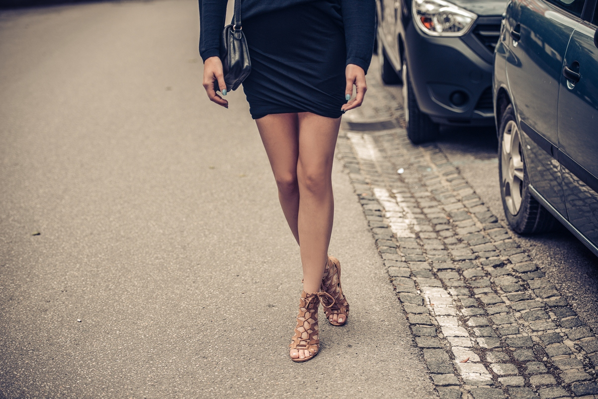 black mini twisted skirt, all black outfit, hm nude lace up sandals 2014, blogger outfit