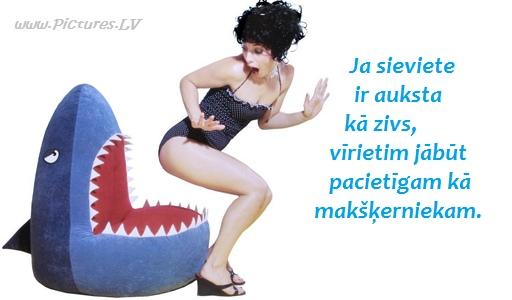 sieviete sēžas haizivs mutē