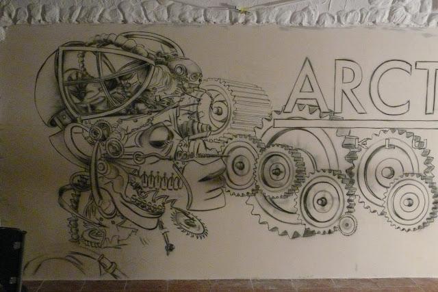 Graffiti biomechaniczne w klubiue Arcticaw Płocku, aranżacja ściany poprzez malowanie murala 3D