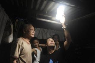 illac diaz periksa solar light yang dipasang prajurit filipina di perkampungan philipina