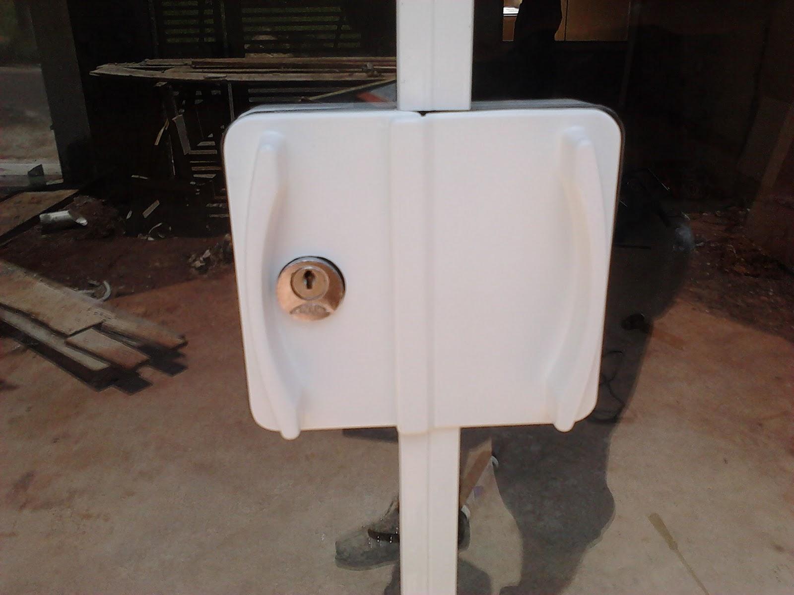 Imagens de #644939 Detalhe da Fechadura da Porta em Alumínio Branco com fechadura Arouca  1600x1200 px 2746 Box Banheiro Ourinhos