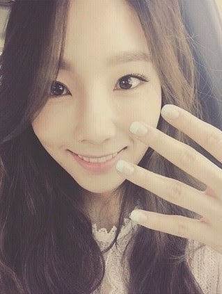 Snsd taeyeon shows her nail art in her lovely selca pictures snsd taeyeon shows her nail art in her lovely selca pictures prinsesfo Image collections