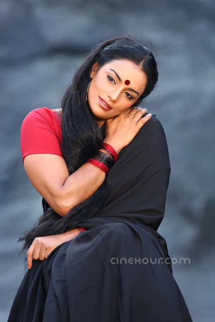 Shwetha Menon in black saree bending head