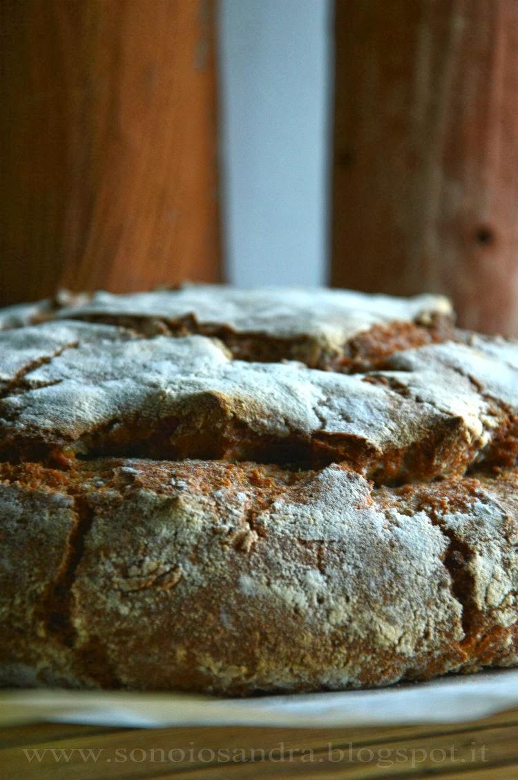 ruota di pane con segale e farina integrale naturale  condita con ricordi e vino e zucchero