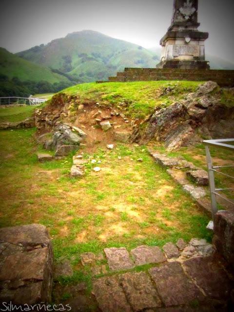 Monolito y el Castillo de Amaiur-Maya, Baztán Navarra