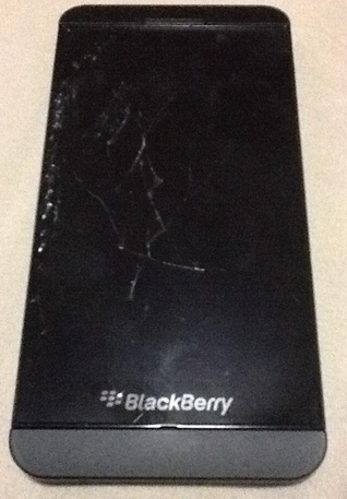 """iFixt está muy satisfecho con la calidad de construcción del BlackBerry Z10. Al desarmarlo se dieron cuenta de muchas cosas y dicen que es super reparable. Si el BlackBerry Z10 le llegase a suceder algo en la pantalla podrían suceder varias cosas . Así es como iFixit lo explica: """"La pantalla es ultra fina, El digitalizador se aplica directamente sobre el cristal y se fusiona a su vez a la pantalla LCD. La desventaja de esté tipo de diseño es el siguiente: Si se llega a romper el cristal se pierden todas las capacidades de pantalla táctil. Existen muchas posibilidades"""