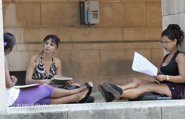 Jóvenes estudiando en áreas del Parque Central de la Universidad de La Habana