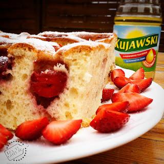 http://www.izagotuje.pl/2015/06/truskawkowy-raj-uwaga-bo-to-ciasto-z-truskawkami-jest-pyszne-wilgotne-i-puszyste-prosty-przepis-na-ciasto-truskawkowe-z-olejem-w-zdrowszej-wersji-bez-margaryny-bez-cukru-bez-masla.html