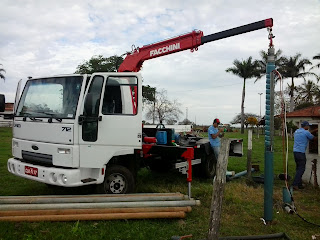 Equipe HP Elétrica instala bomba submersa em fazenda em Planalto