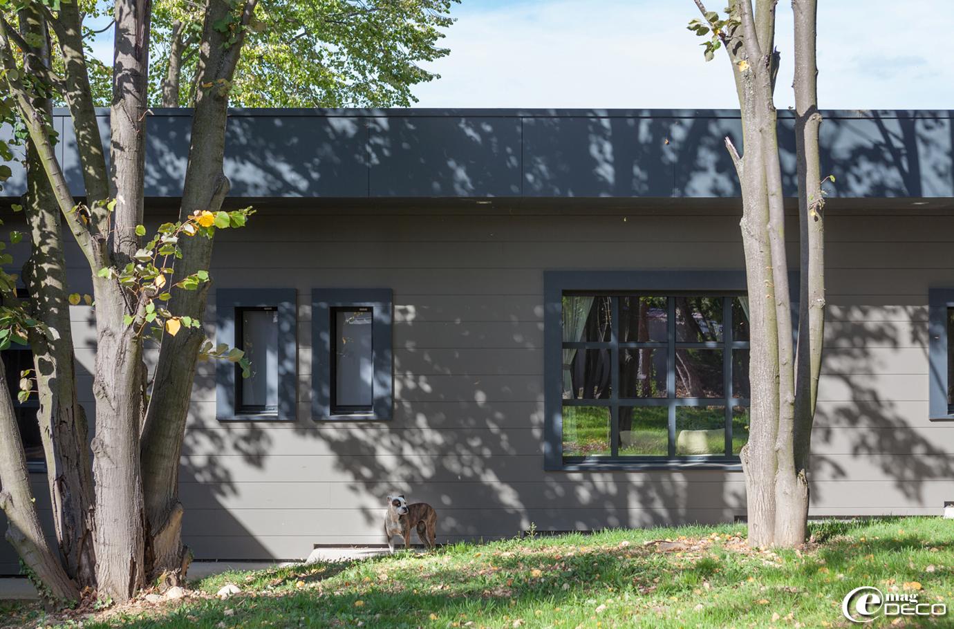 Maison contemporaine habillée de bois peint