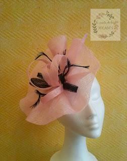 tocado en color rosa palo con negro, tamaño grande. Tocado de sinamay para boda