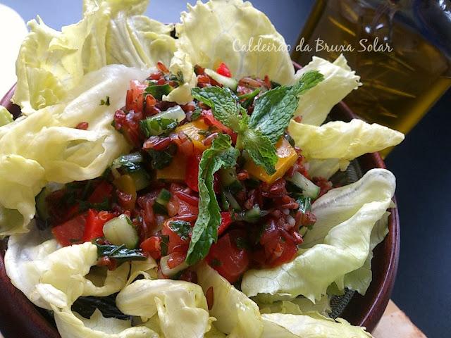 Saladinha refrescante com arroz vermelho