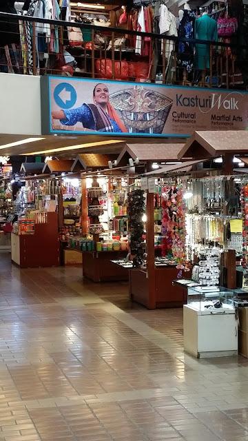 Puestos de Artesanía y souvenirs en el interior de Central Market (Kuala Lumpur)