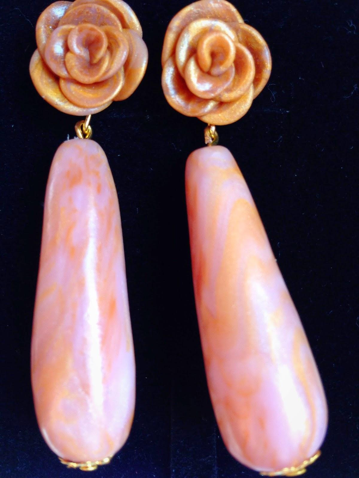 Pendientes motivos florales efecto cuarzo rosa dorado