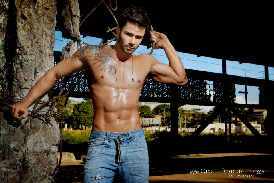 Paulo Bastos, Mister Roraima 2014, posa sem camisa em fábrica abandonada - Gisele Rodrigues
