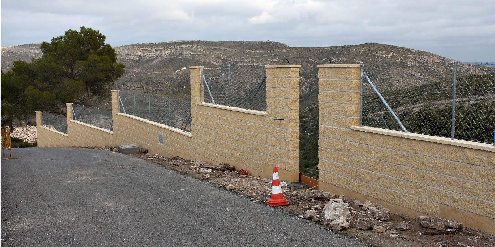 Muro aislante de hormigon reforzado