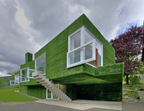 في النمسا واحد من أغرب المنازل التي شيدت وتم تغطيتها بالعشب الأخضر Grass-Covered-House-in-Frohnleiten-by-ORTIS-GmbH-1-600x461