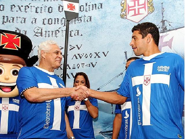 Roberto Dinamite e a nova camisa do Vasco 2012