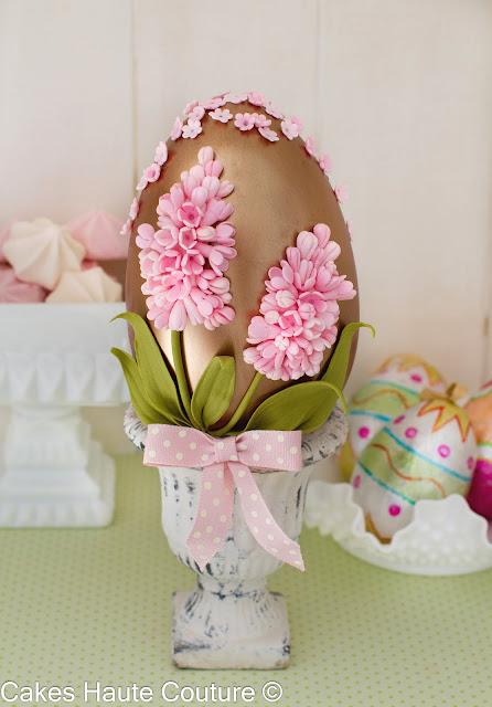 Huevo de pascua de chocolate con jacintos de azúcar
