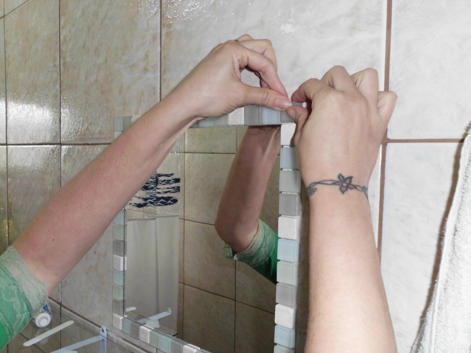 Artes e Badulaques: Moldura Espelho com pastilhas #457863 1600x1200 Banheiro Com Pastilha Espelho