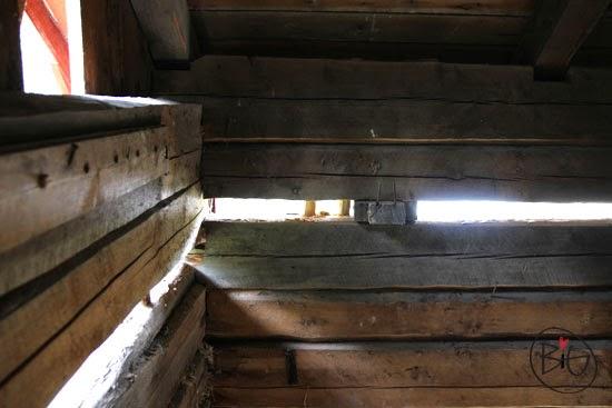 timmerhusets tak är lyft för att klara höjden under transporten